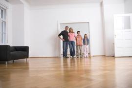Kerngold Immobilien Familie bei Wohnungsbesichtigung